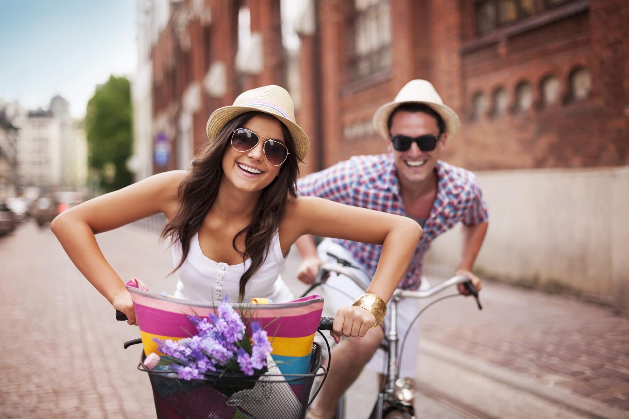 Pärchen im Freien beim Fahrradfahren