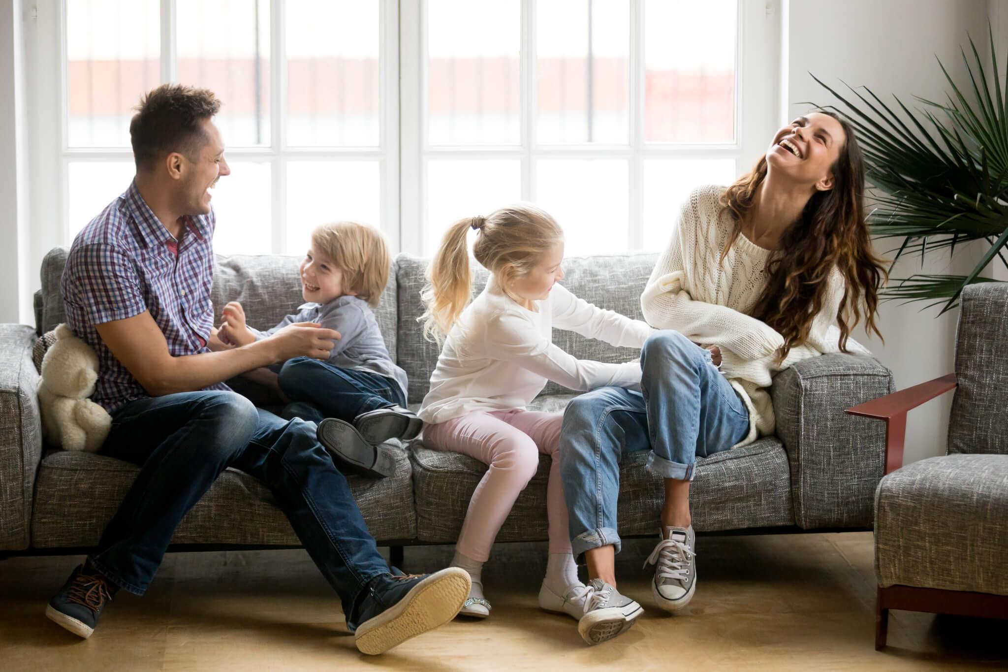 Familie auf Sofa