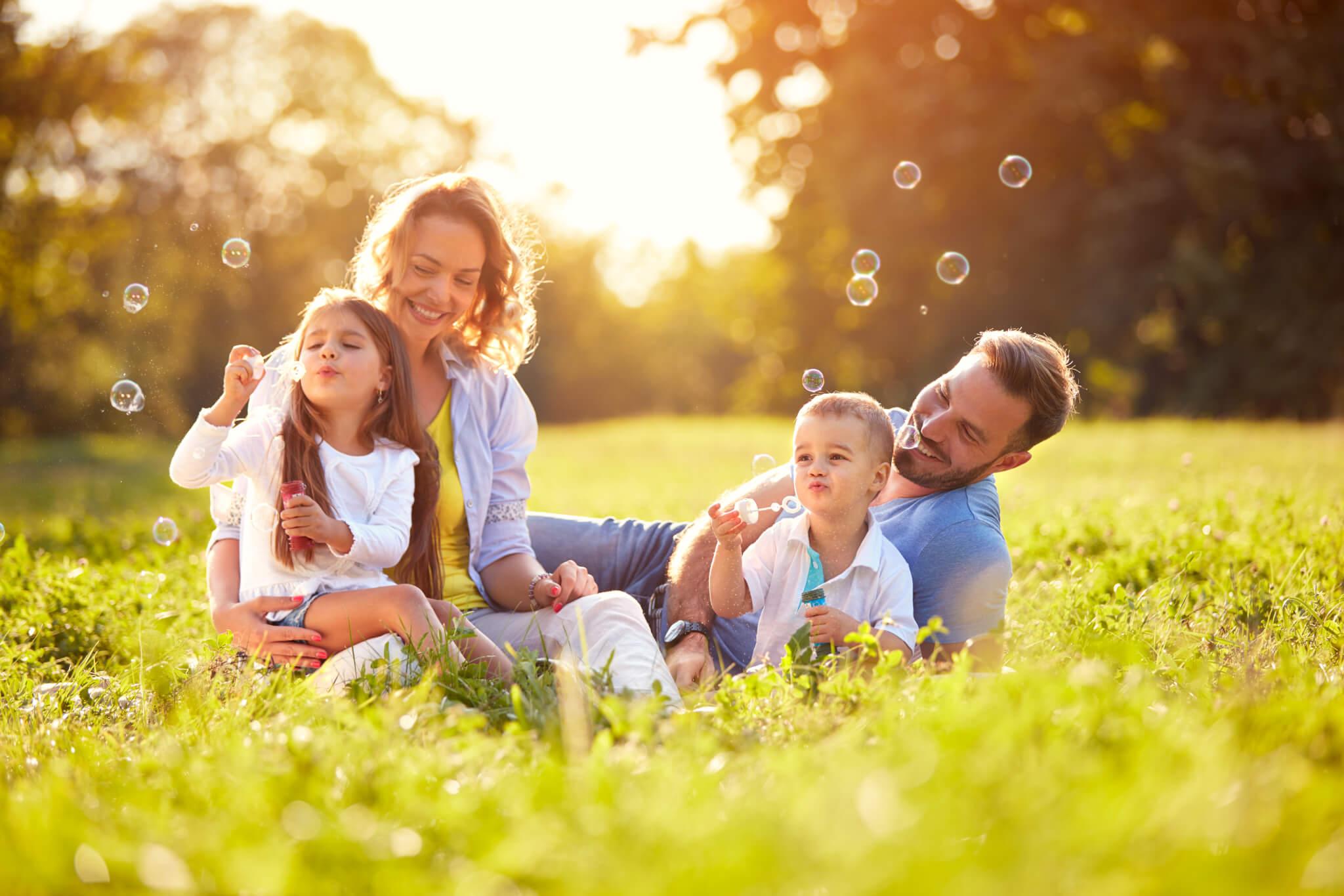 Junge glückliche Familie im Park.