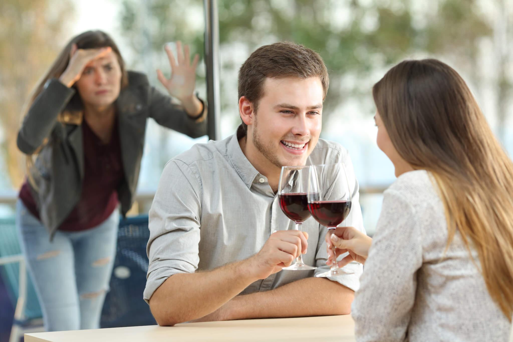 Frau beobachtet ein Paar beim Essen.