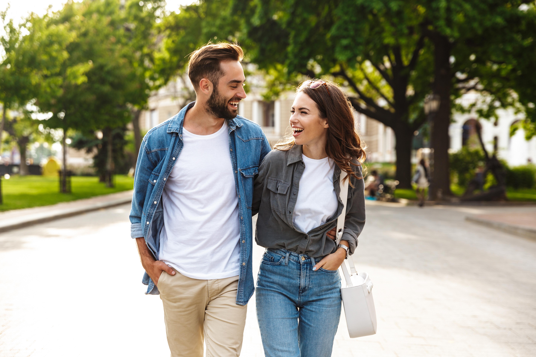 Junges Paar geht spazieren