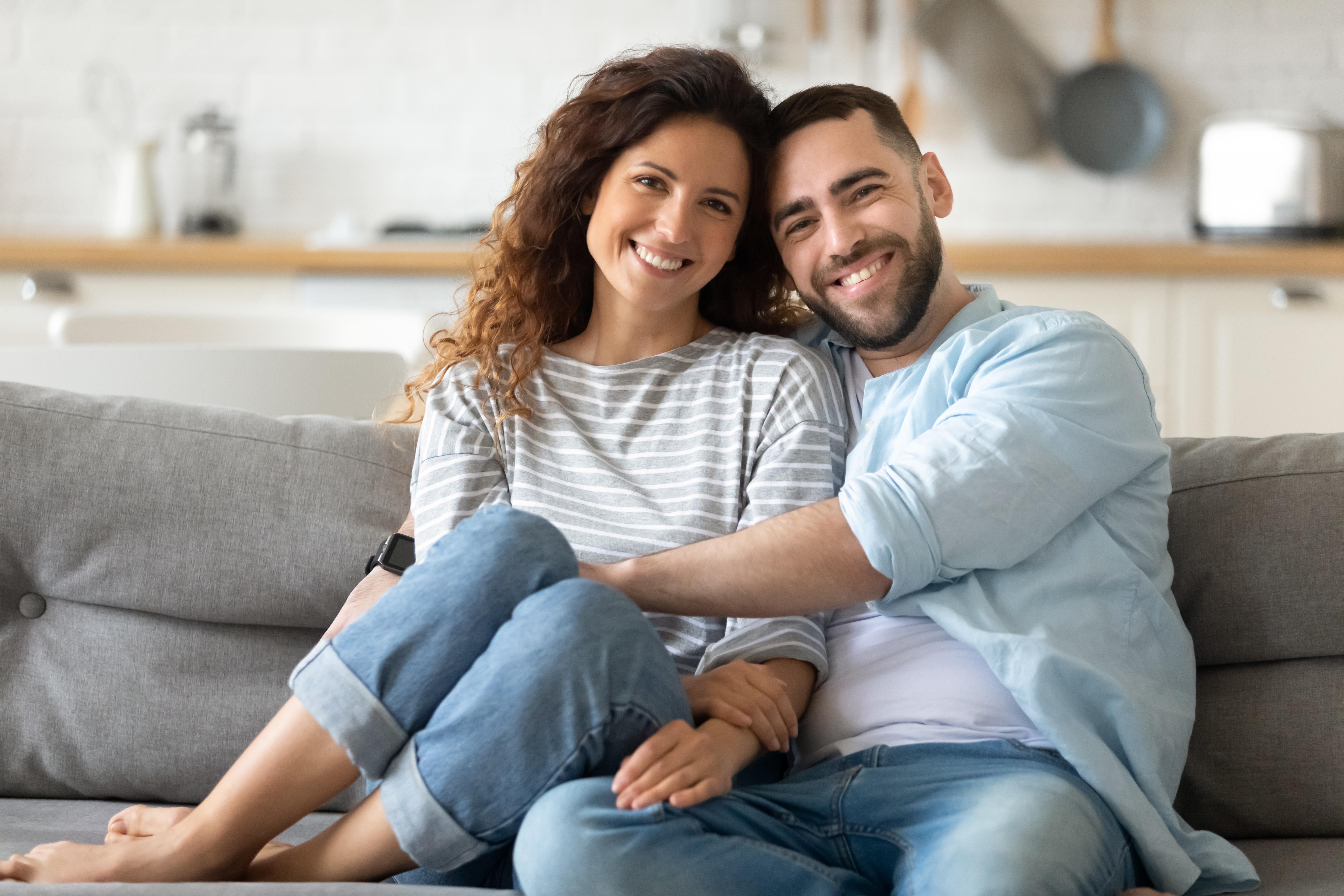 Junges Paar lächelt und ist zufrieden.