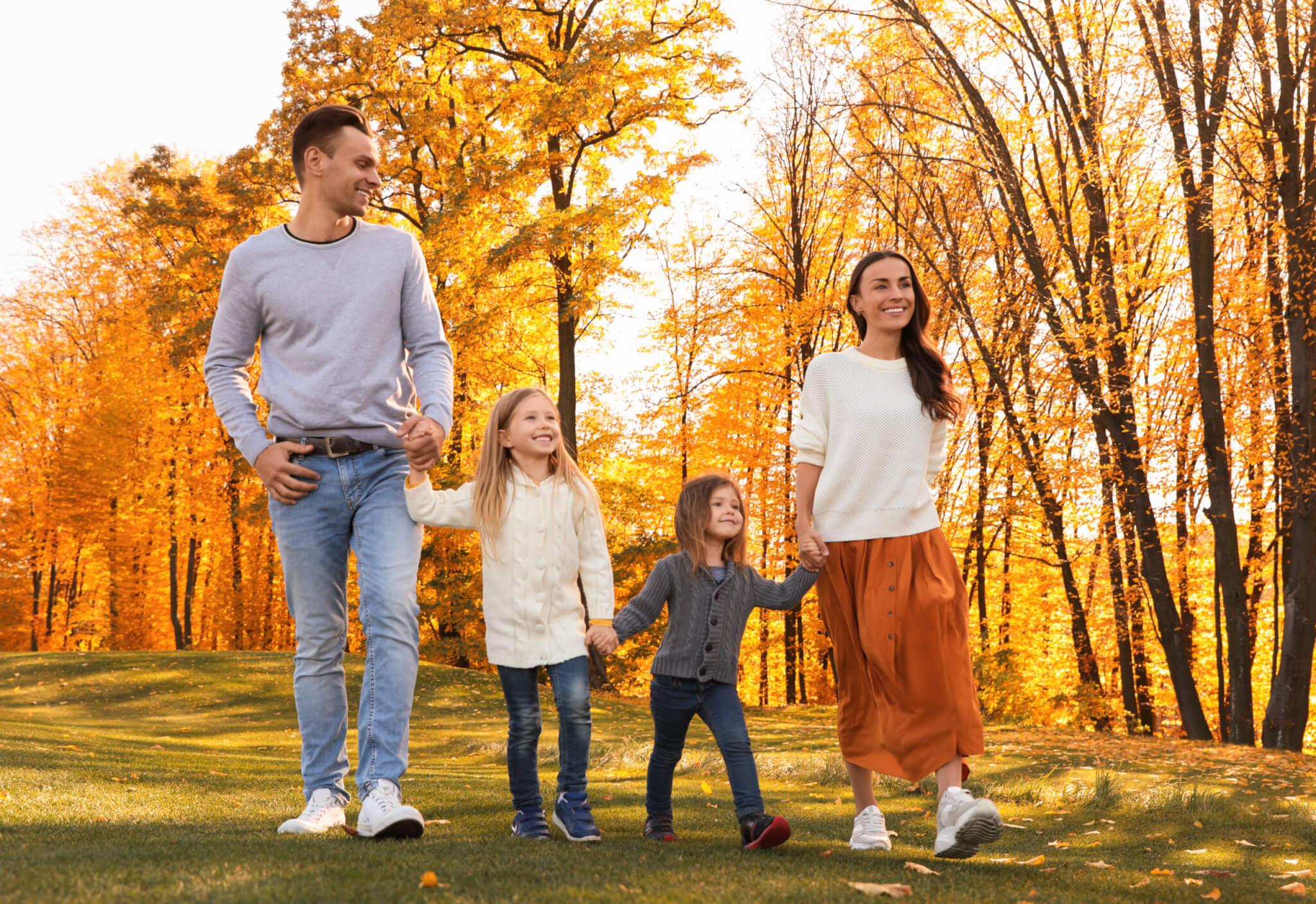 Familie bei einem Spaziergang im Park.