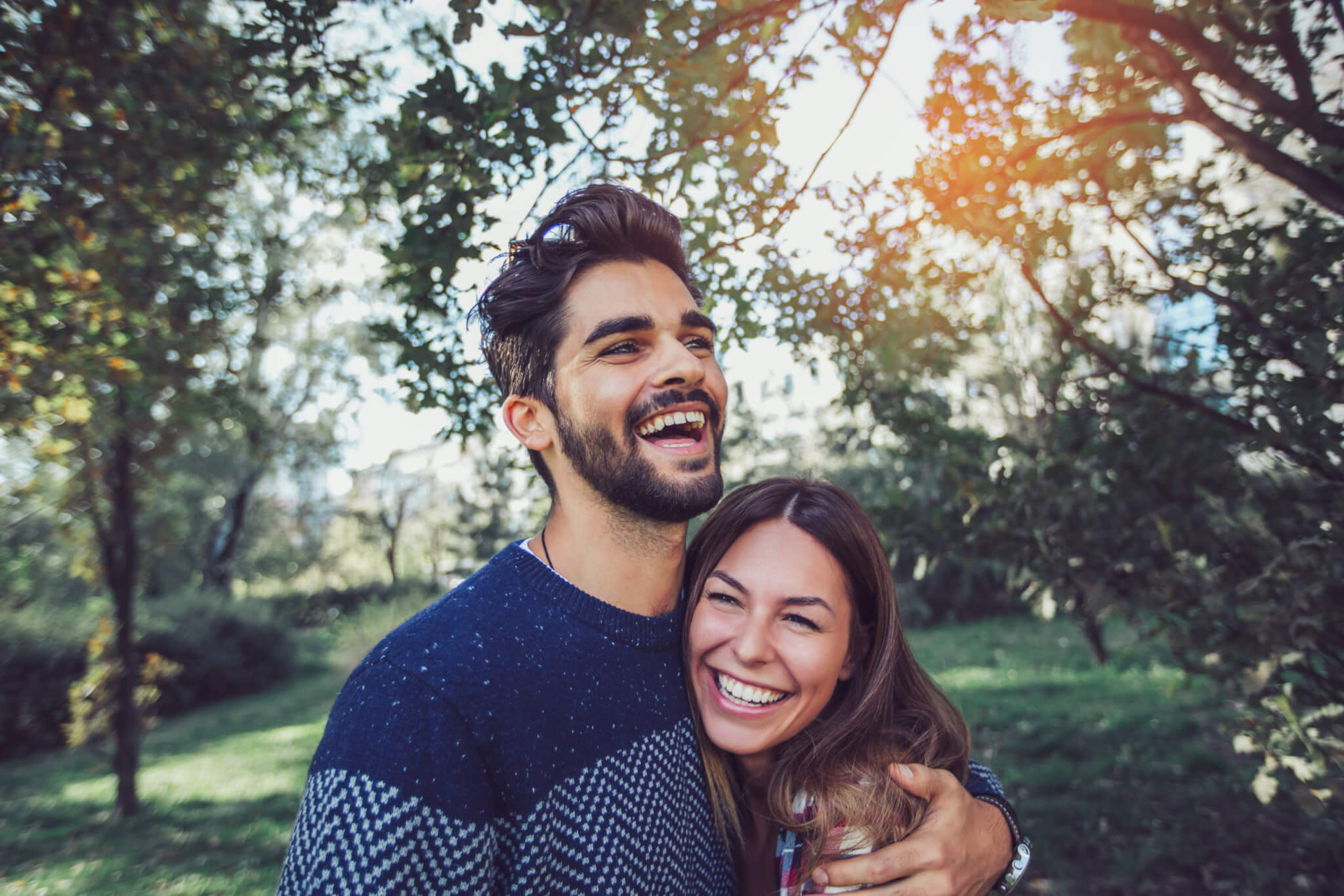 Paar umarmt sich im Park
