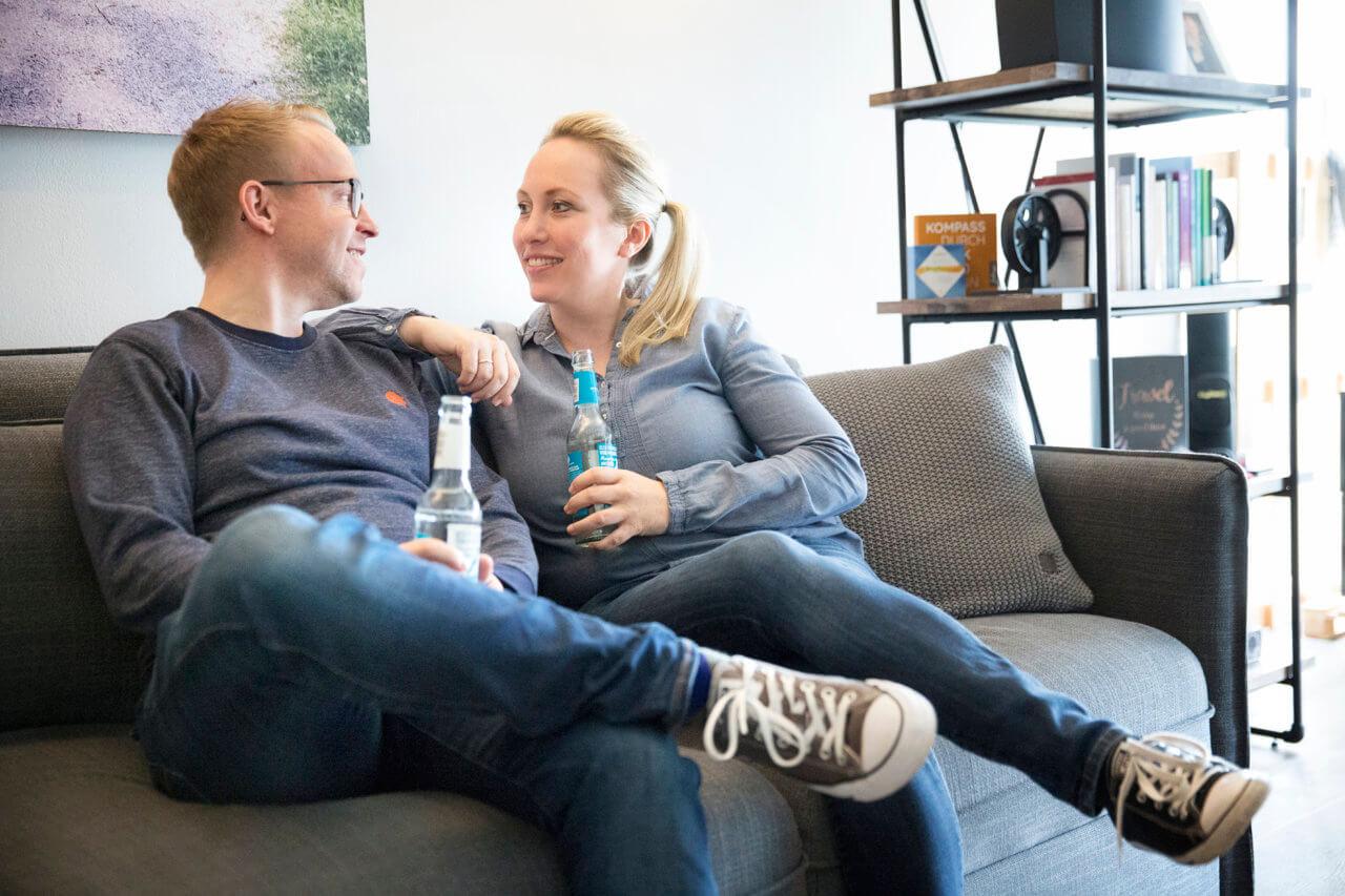 Ina und Florian auf dem Sofa nach einem Coaching.